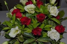 Valentijn:-ruiker-rode-rozen-+-wit
